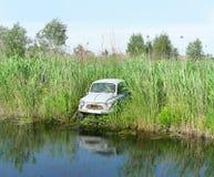 Vieux véhicule sur le fleuve Images stock