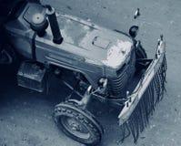 Vieux véhicules d'un tracteur roulant sur les rues indiennes Photos stock