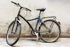 Vieux vélo de ville sur le mur Images libres de droits