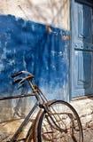 Vieux vélo et trappe bleue Photographie stock libre de droits