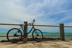 Vieux vélo garé par la mer images libres de droits
