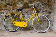 Vieux vélo jaune Images libres de droits