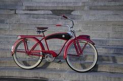 Vieux vélo rouge Photo stock