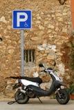 Vieux vélomoteur stationné photographie stock libre de droits