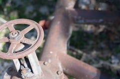 Vieux valve et tuyaux rouillés en métal photo libre de droits