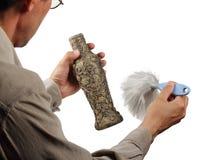 Vieux vase à brosse dans les mains Photos libres de droits