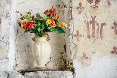 Vieux vase avec des fleurs en Angleterre Photos stock