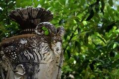 Vieux vase en pierre avec la tête de chèvre, décorations de parc de Sintra, Portugal Photographie stock libre de droits