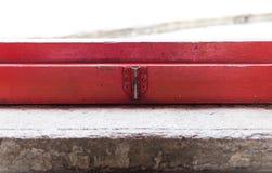 Vieux verrou métallique sur une porte Photographie stock libre de droits