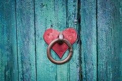 Vieux verrou rouillé de porte sur la porte photos stock