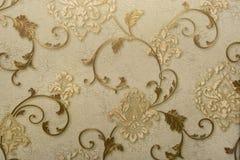 Vieux vert criqué de plâtre, beige avec des fleurs Photo stock