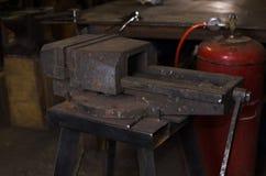 Vieux vice de mâchoire dans l'atelier handcraft l'instrument photographie stock