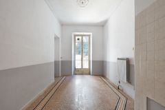 Vieux, vide intérieur de pièce avec la fenêtre et plancher carrelé photo stock