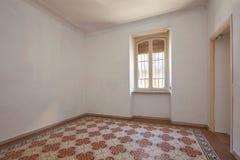 Vieux, vide intérieur de pièce avec le plancher carrelé et décoré images stock