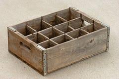 Vieux videz la caisse en bois superficielle par les agents de bouteille photos libres de droits