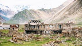 Vieux videz le village abandoné abandonné avec les Chambres délabrées dedans Photo libre de droits