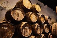Vieux a vieilli les barils en bois traditionnels avec du vin dans une chambre forte align?e dans la cave fra?che et fonc?e en Ita image libre de droits