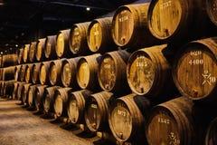 Vieux a vieilli les barils en bois traditionnels avec du vin dans une chambre forte align?e dans la cave fra?che et fonc?e en Ita images stock