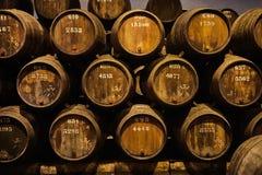 Vieux a vieilli les barils en bois traditionnels avec du vin dans une chambre forte align?e dans la cave fra?che et fonc?e en Ita photographie stock