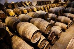 Vieux a vieilli les barils en bois traditionnels avec du vin dans une chambre forte align?e dans la cave fra?che et fonc?e en Ita photo stock