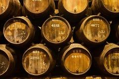 Vieux a vieilli les barils en bois traditionnels avec du vin dans une chambre forte align?e dans la cave fra?che et fonc?e en Ita photo libre de droits