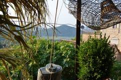 Vieux village avec la vue sur le lac Skadar Photographie stock libre de droits