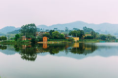 Vieux village dans le ¼ Œmountain de Chinaï et le lac photographie stock