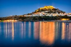 Vieux village de pêche de Lindos de coucher du soleil d'île de Rodi Images libres de droits