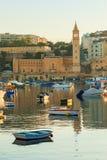 Vieux village de pêche traditionnel Marsaskala au lever de soleil à Malte Photographie stock libre de droits