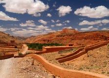 Vieux village du Maroc en montagnes rouges Photographie stock libre de droits