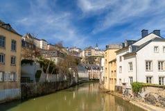 Vieux ville du luxembourgeois, quart de Grund et rivière d'Alzette photos libres de droits