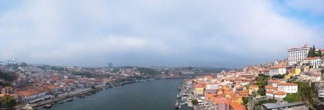 Vieux ville et Ribeira de Porto au-dessus de rivière de Douro de Vila Nova de Gaia, Portugal Photographie stock libre de droits