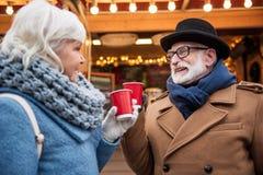 Vieux vin chaud potable heureux de ménages mariés extérieur Photos libres de droits