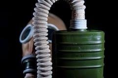 Vieux, vintage, masque de gaz militaire européen d'isolement sur le fond noir photo libre de droits