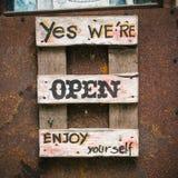 Vieux vintage ouvert de signes Photo stock