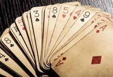 Vieux vintage sale jouant des cartes Image libre de droits