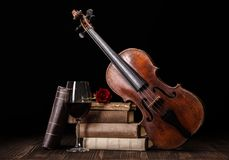 Vieux violon avec les livres et le vin rouge photo stock