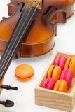 Vieux violon et macarons colorés français traditionnels Photos libres de droits