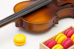 Vieux violon et macarons colorés français traditionnels Photographie stock libre de droits