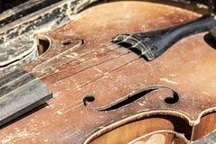 Vieux violon minable de cru Image en gros plan de partie avec l'accès supérieur, F-trous, taille photo stock
