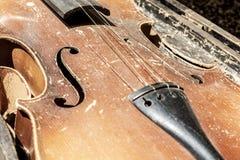 Vieux violon minable de cru Image en gros plan de partie avec l'accès supérieur, F-trous, taille image stock
