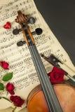 Vieux violon sur la table en bois Détail de vieux violon Invitation au concert de violon J'aime la musique classique Vente de vio Photographie stock