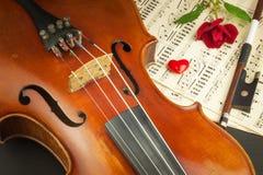 Vieux violon sur la table en bois Détail de vieux violon Invitation au concert de violon J'aime la musique classique Vente de vio Photos libres de droits