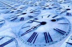Vieux visages d'horloge teintés bleus. Photos libres de droits