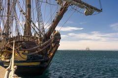 Vieux voilier à partir de 1703 ancré au rivage avec un autre bateau attendant à l'arrière-plan image stock