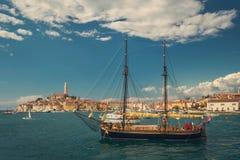 Vieux voilier dans la baie de la vieille ville Rovinj en Croatie Image stock