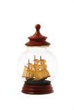 Vieux voilier dans la bouteille en verre ou le pot d'isolement au-dessus du backgrou blanc Images stock