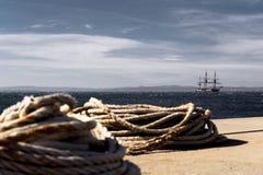 Vieux voilier en bois avec trois mâts ancrés en mer images stock