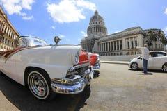 Vieux voiture et bâtiment à La Havane Images stock