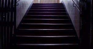 Vieux vol des escaliers 4k banque de vidéos
